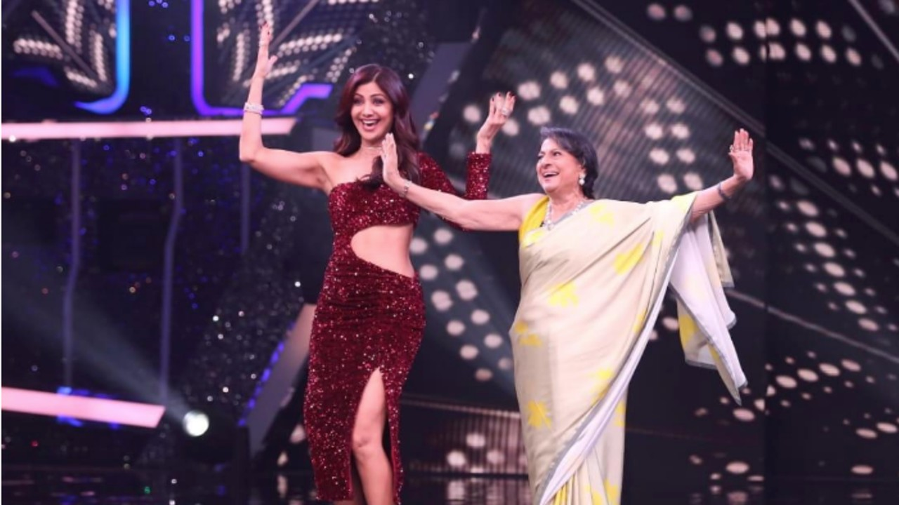 Tanuja-grooves-with-Shilpa-Shetty-on-Super-Dancer-Chapter